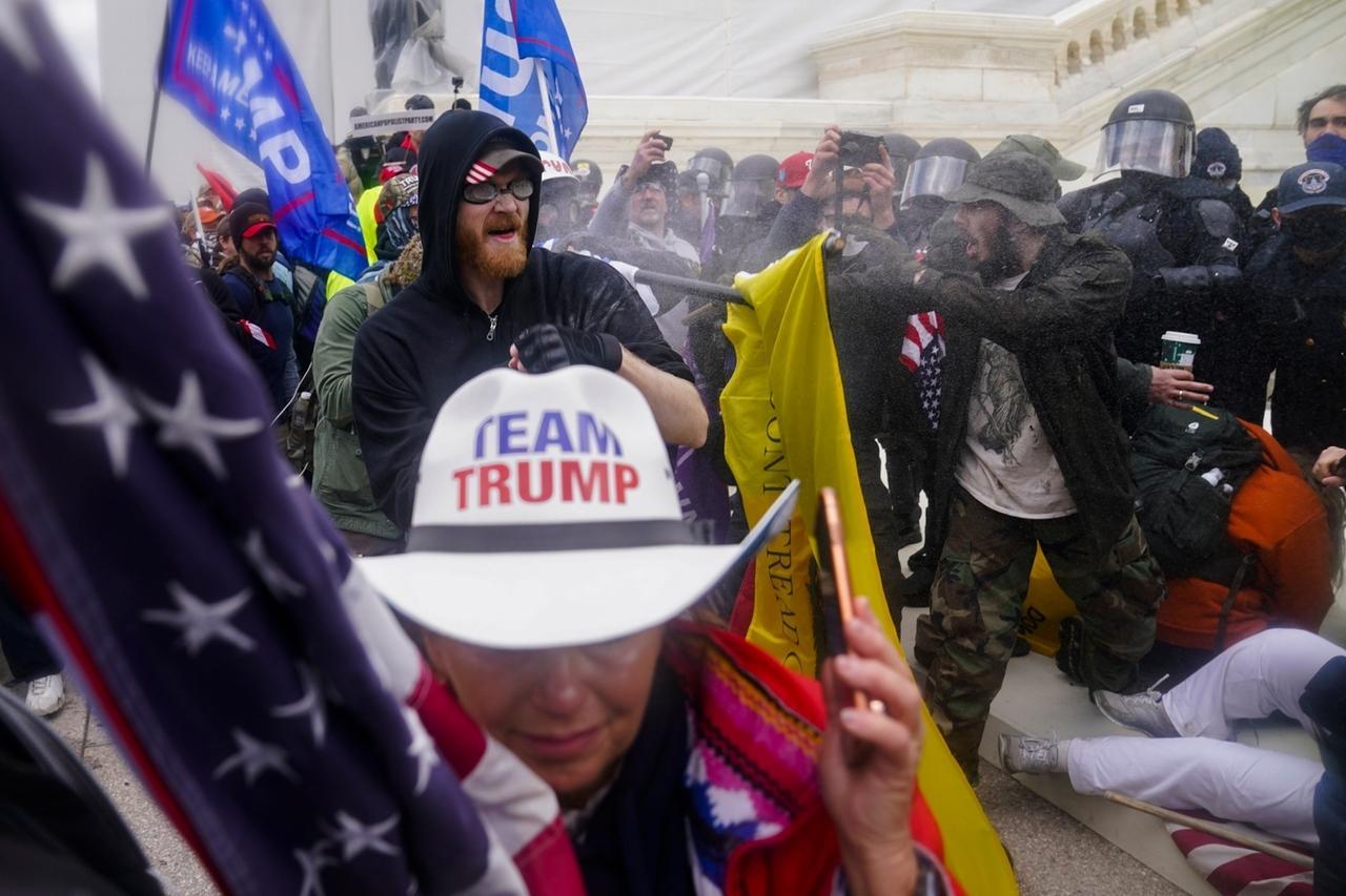 dpatopbilder - 06.01.2021, USA, Washington: Trump-Anhänger versuchen am Kapitol durch eine Polizeiabsperrung zu brechen.  Während der Kongress sich darauf vorbereitet, den Sieg des gewählten Präsidenten Joe Biden zu bestätigen, haben sich Tausende von Menschen versammelt, um ihre Unterstützung für Präsident Donald Trump und seine Behauptungen über Wahlbetrug zu zeigen. Foto: John Minchillo/AP/dpa +++ dpa-Bildfunk +++