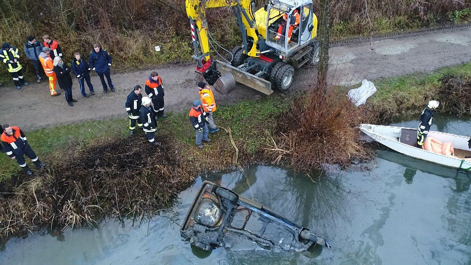 Feuerwehr und Wasserwacht haben ein knapp 20 Jahre altes Autowrack aus einem Weiher bei Stephansposching (Lkr. Deggendorf) geborgen.