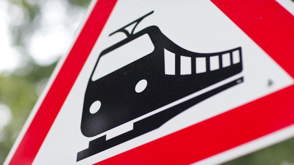 Schild an einem unbeschrankten Bahnübergang | Bild:pa/dpa