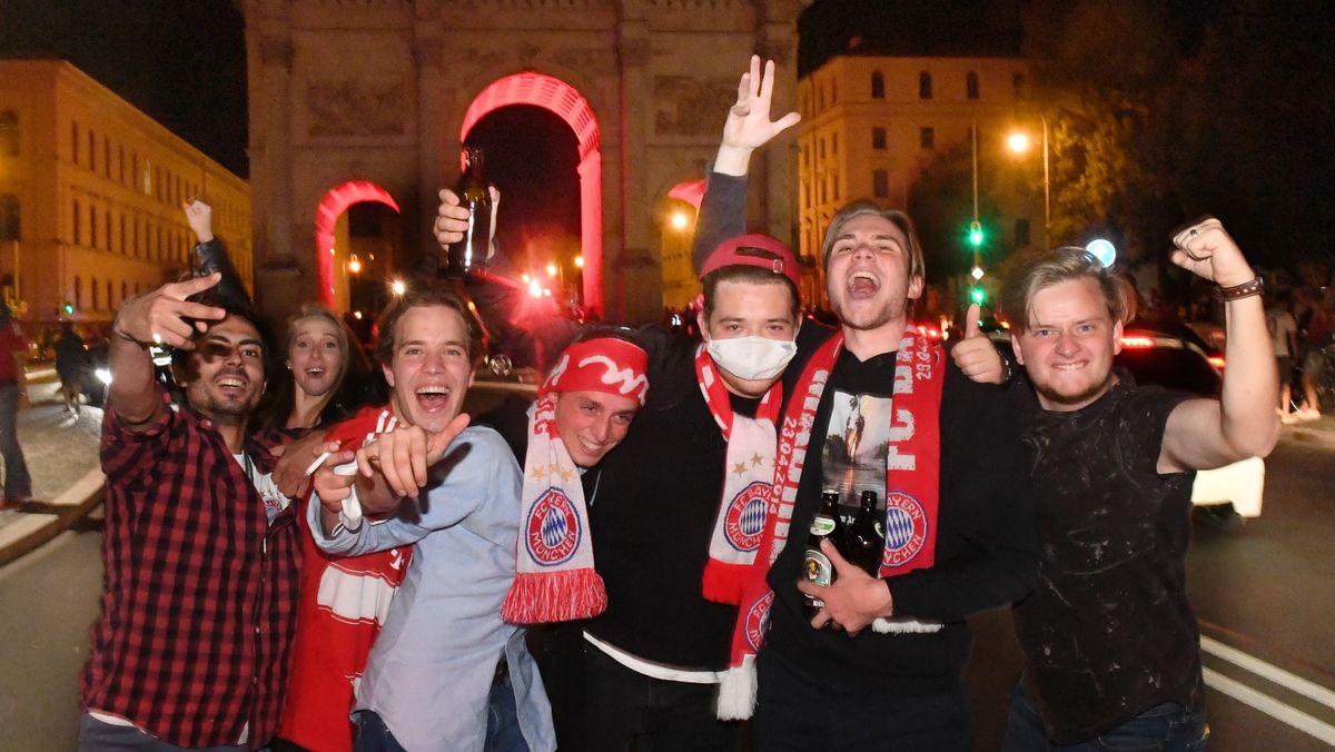 Feiernde Fans am Münchner Siegestor.