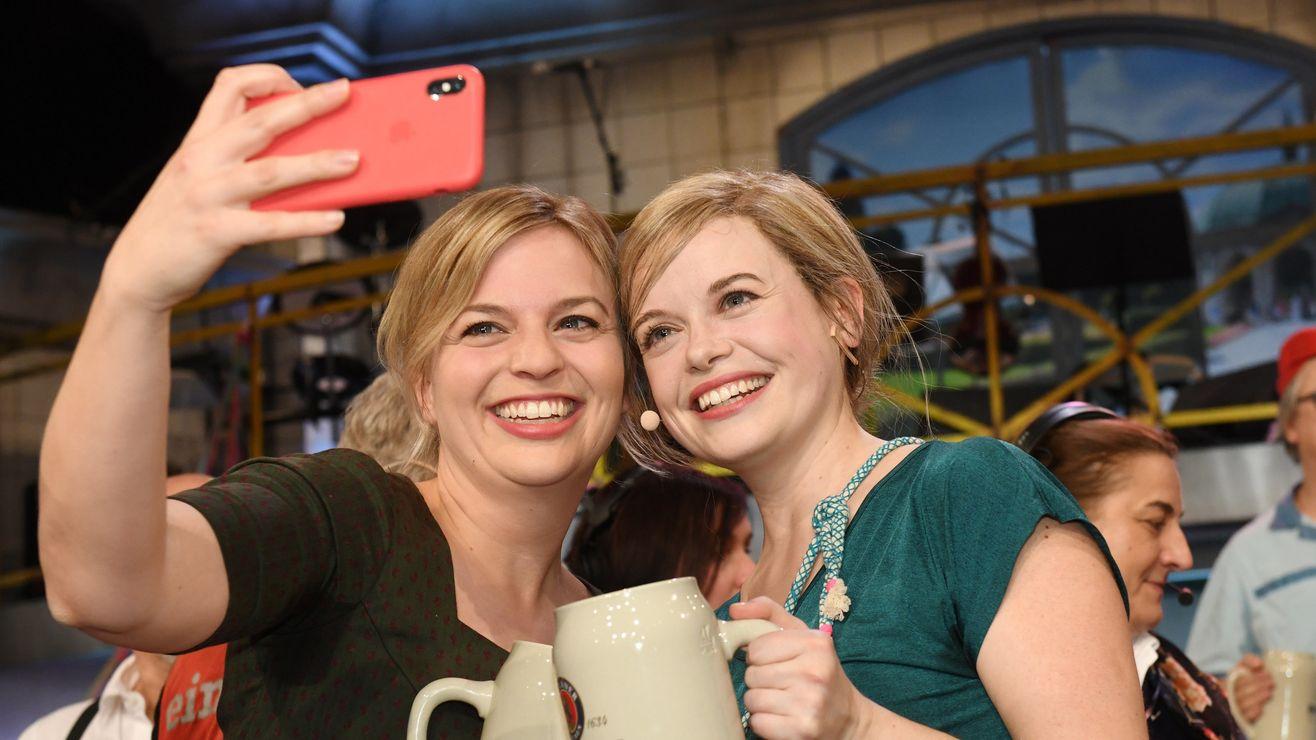 Schulze-Darstellerin Sina Reiß und Katharina Schulze machen ein Selfie auf dem Nockherberg 2019.