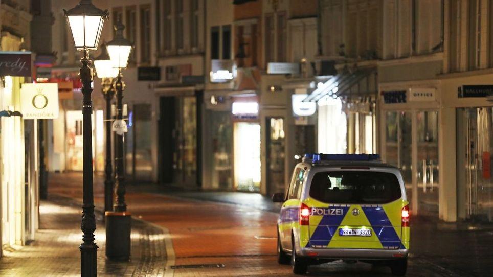 Polizeifahrzeug in der Nacht