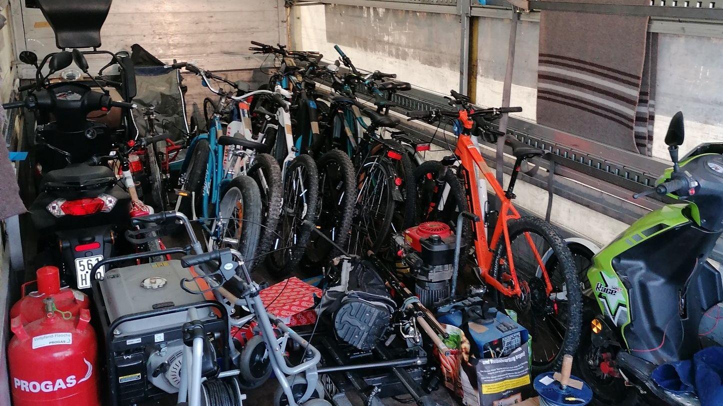 Eine Garage voll mit Diebesgut im Wert von mehreren Tausend Euro entdeckten die Polizeibeamten in Straubing.