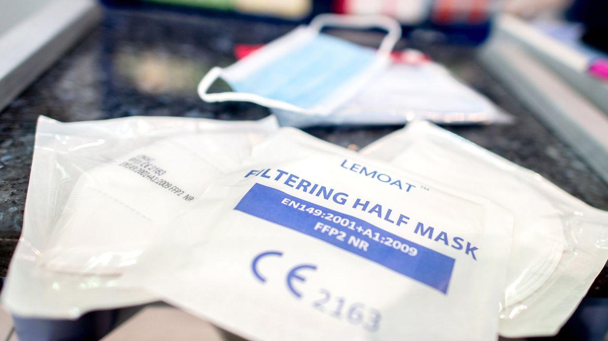 Verpackte FFP2-Masken liegen auf einem Verkaufstresen