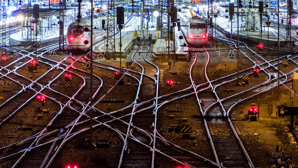 Aufnahme des Schienennetzes am Hauptbahnhof München bei Nacht.