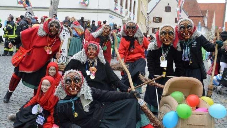 Narrengruppe posiert in Hexenkostümen