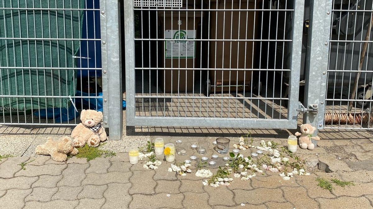 Kerzen, Blumen und Kuscheltiere liegen vor dem Fundort in Heinersreuth, an dem ein toter Säugling gefunden wurde.