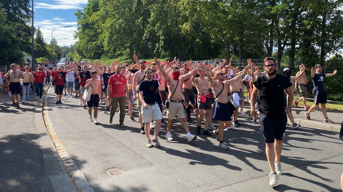 Fans der Würzburger Kickers vor der Flyeralarm-Arena