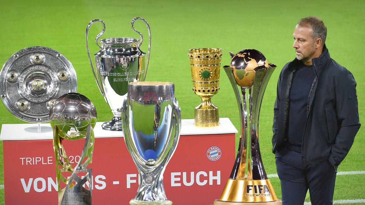Hansi Flick (Hansi ,Trainer Bayern München) vor der Titelsammlung der Bayern in der vergangenen und aktuellen Saison.