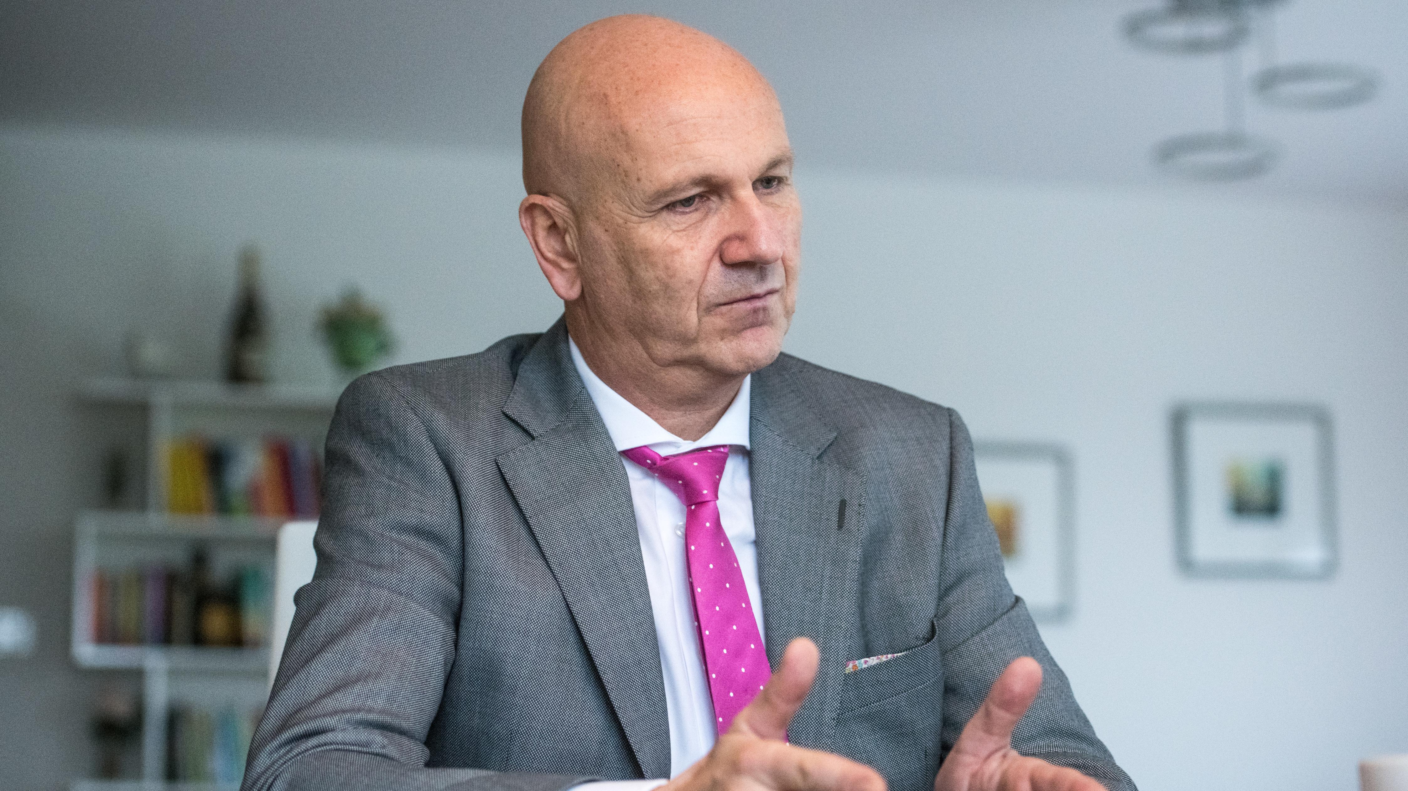 CSU-Politiker Uwe Brandl sitzt an seinem Schreibtisch und ist im Gespräch