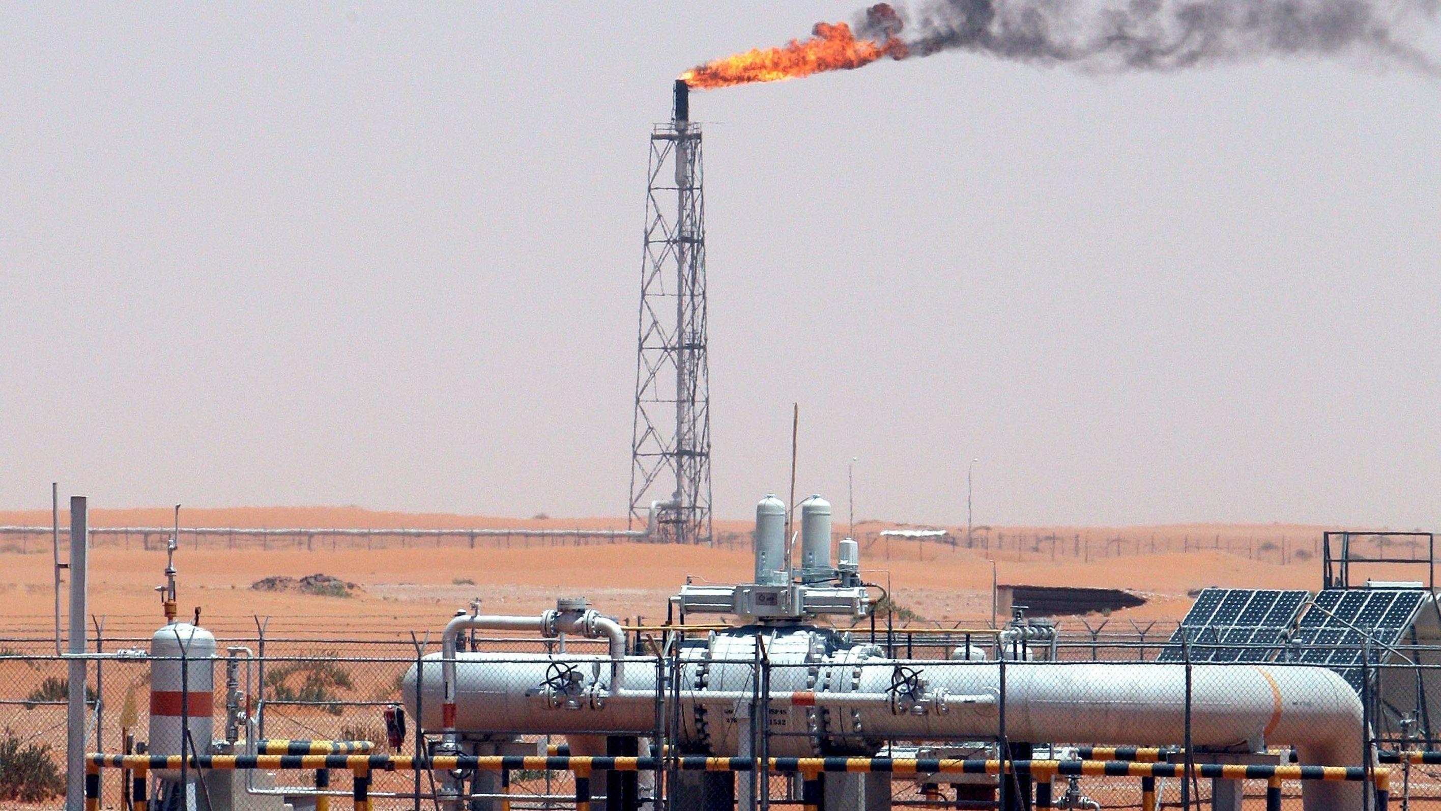 Technische Anlage auf einem Ölfeld im saudi-arabischen Riad.