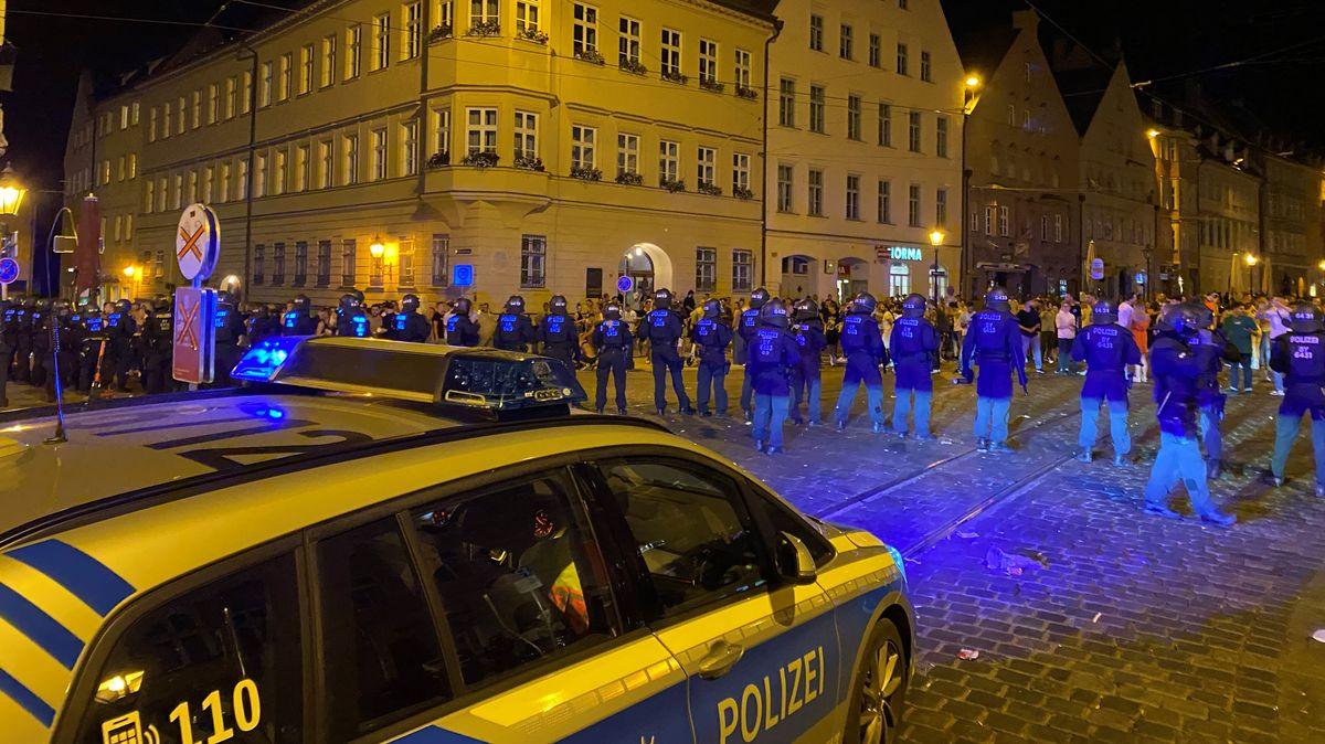 In der Augsburger Innenstadt ist es in der vergangenen Nacht zu gewalttätigen Ausschreitungen gekommen. Nach Zusammenstößen zwischen Jugendlichen und der Polizei mussten Beamte das Zentrum räumen. Mindestens 15 Polizisten wurden dabei verletzt.