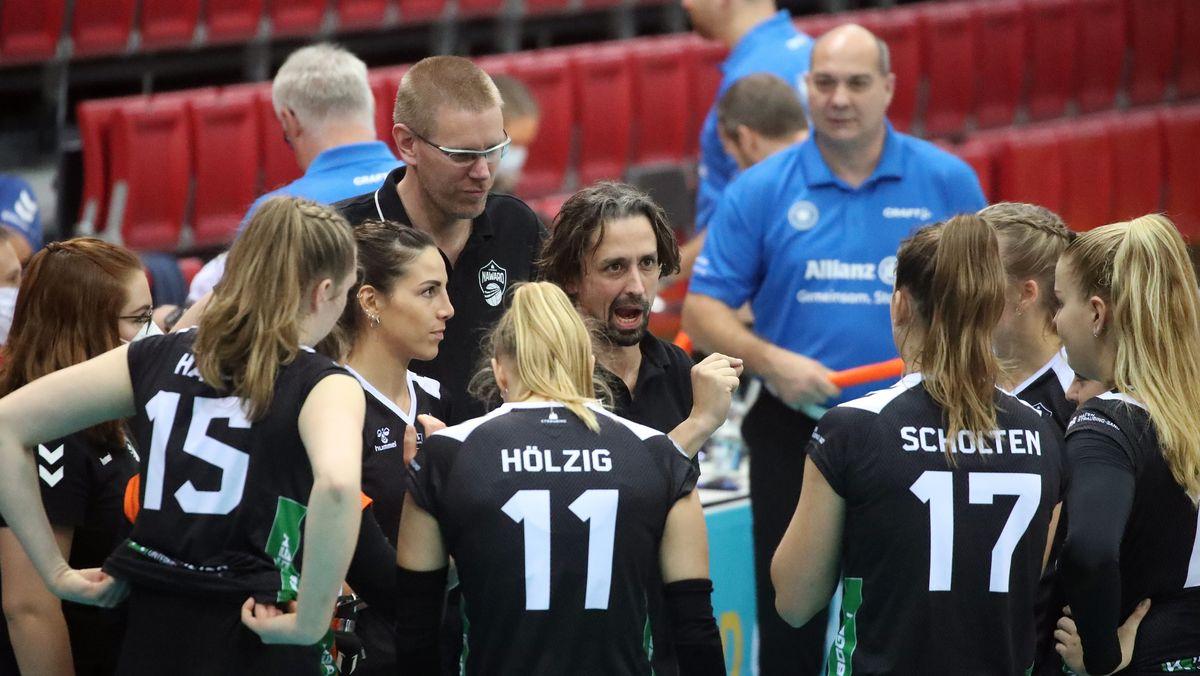 Nawaro-Trainer Benedikt Frank gibt den Volleyballerinnen Anweisungen