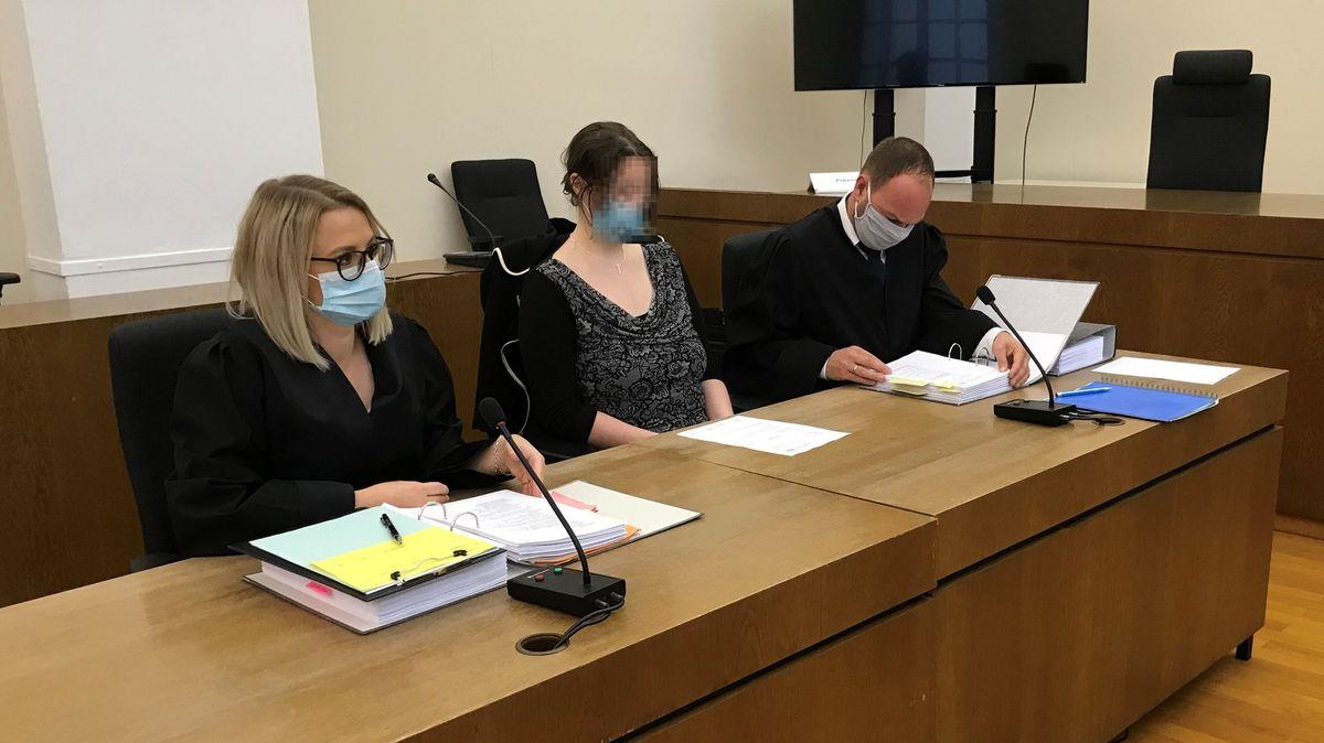 Die Angeklagte und ihre Verteidiger im Gerichtssaal in Passau