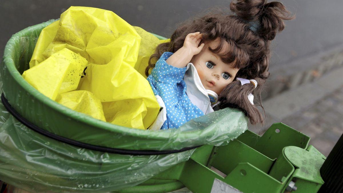 Puppe im Mülleimer