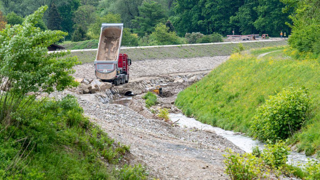 Ein Baufahrzeug steht in dem von der damaligen Flut betroffenen Ortsteil von Simbach am Inn