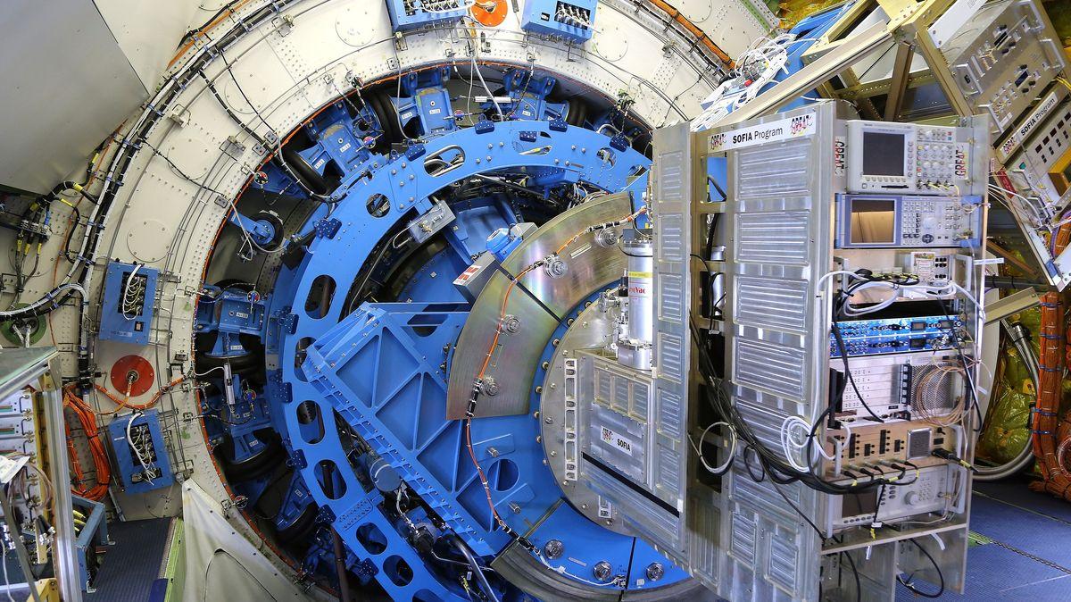 Aufnahme des Infrarotteleskops, das innerhalb der Druckluftkabine im Jet 474 SOFIA  montiert ist.