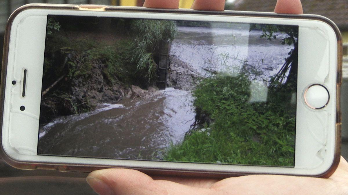 Diese Aufnahme eines Helfers zeigt den Dammbruch in Oberbibrach.