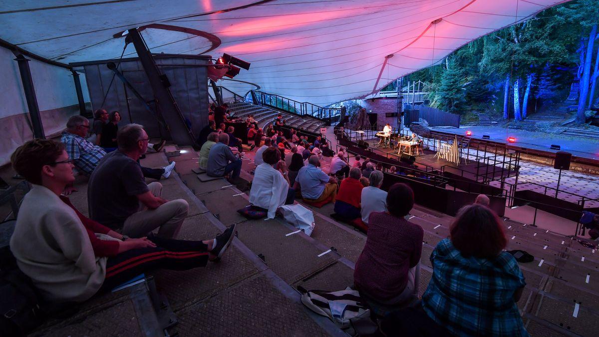Mehrere Zuschauer sitzen mit coronabedingtem Abstand im Zuschauerraum der Luisenburg-Bühne.