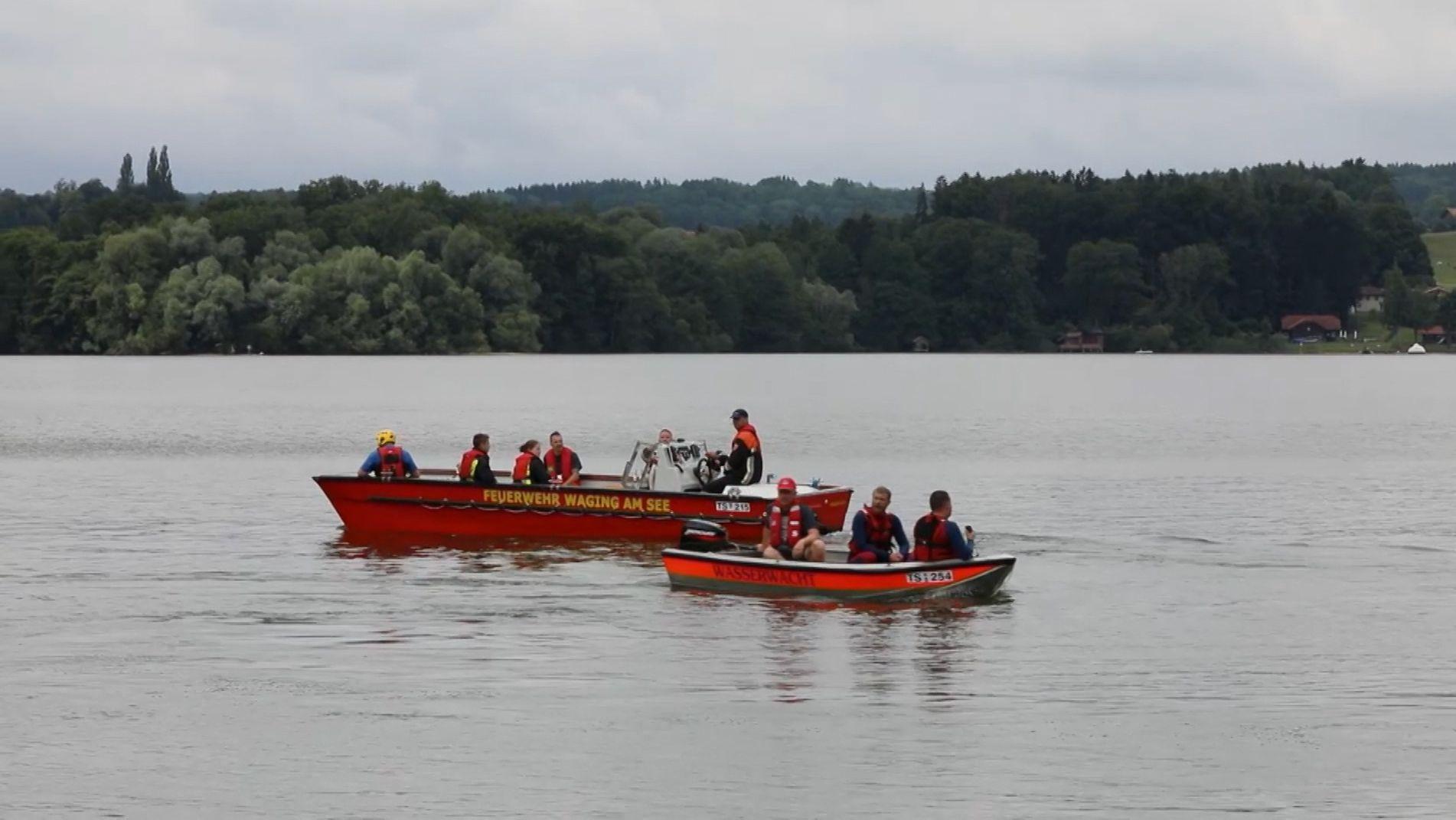 Einsatzkräfte haben einen verunglückten Angler aus dem Tachinger See gerettet.