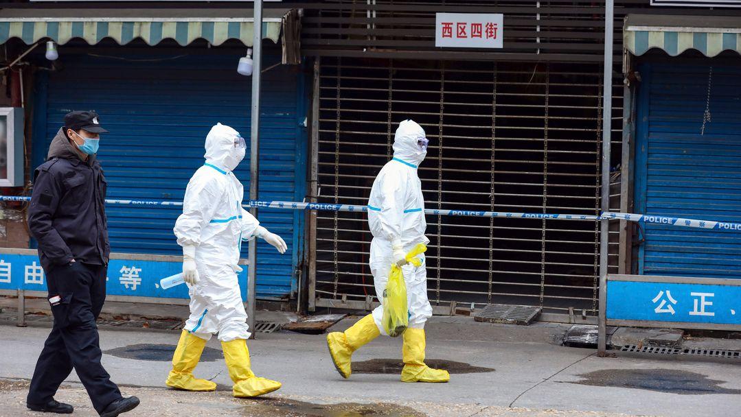 Arbeiter in Schutzkleidung in Wuhan