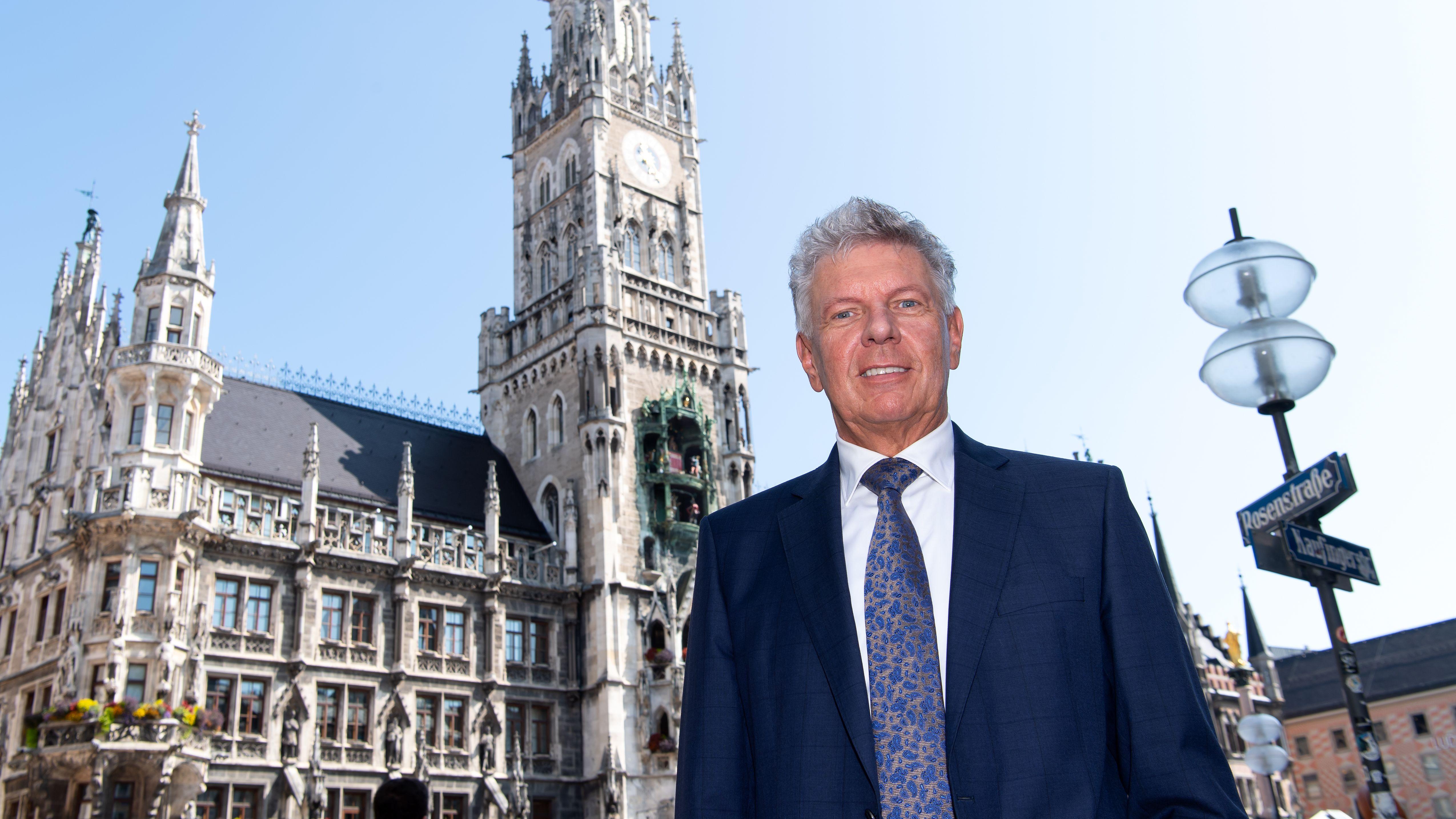 Dieter Reiter (SPD), Oberbürgermeister der Stadt München, steht auf dem Marienplatz vor dem Rathaus.