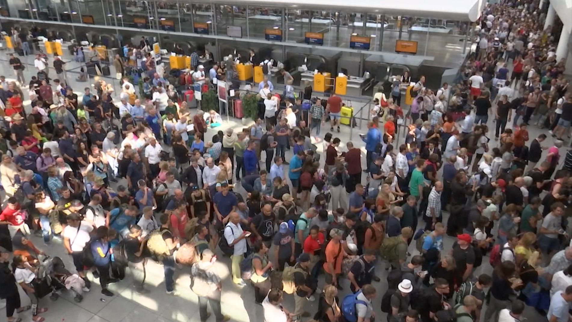 Fast 20.000 Menschen sind am 27.08.19 am Flughafen München gestrandet, weil ein Passagier beim Umstieg in den Sicherheitsbereich gelangt war.