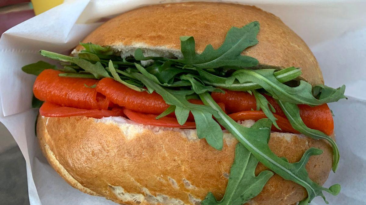 Veganer Lachs mit Salat in einem Bagel.