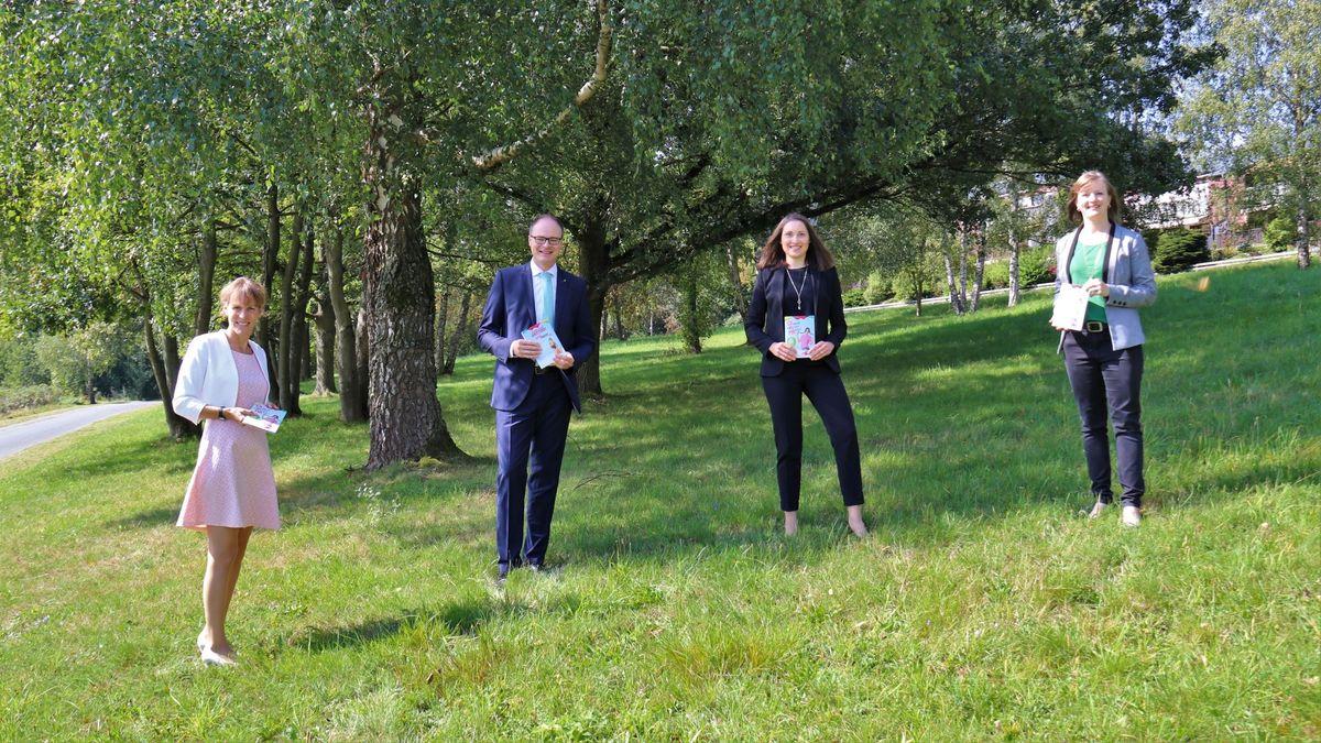 Auch Hofs Oberbürgermeisterin Eva Döhla (links) war bei der Vorstellung der Informationsbroschüre zur Hofer Ausbildungsmesse dabei.