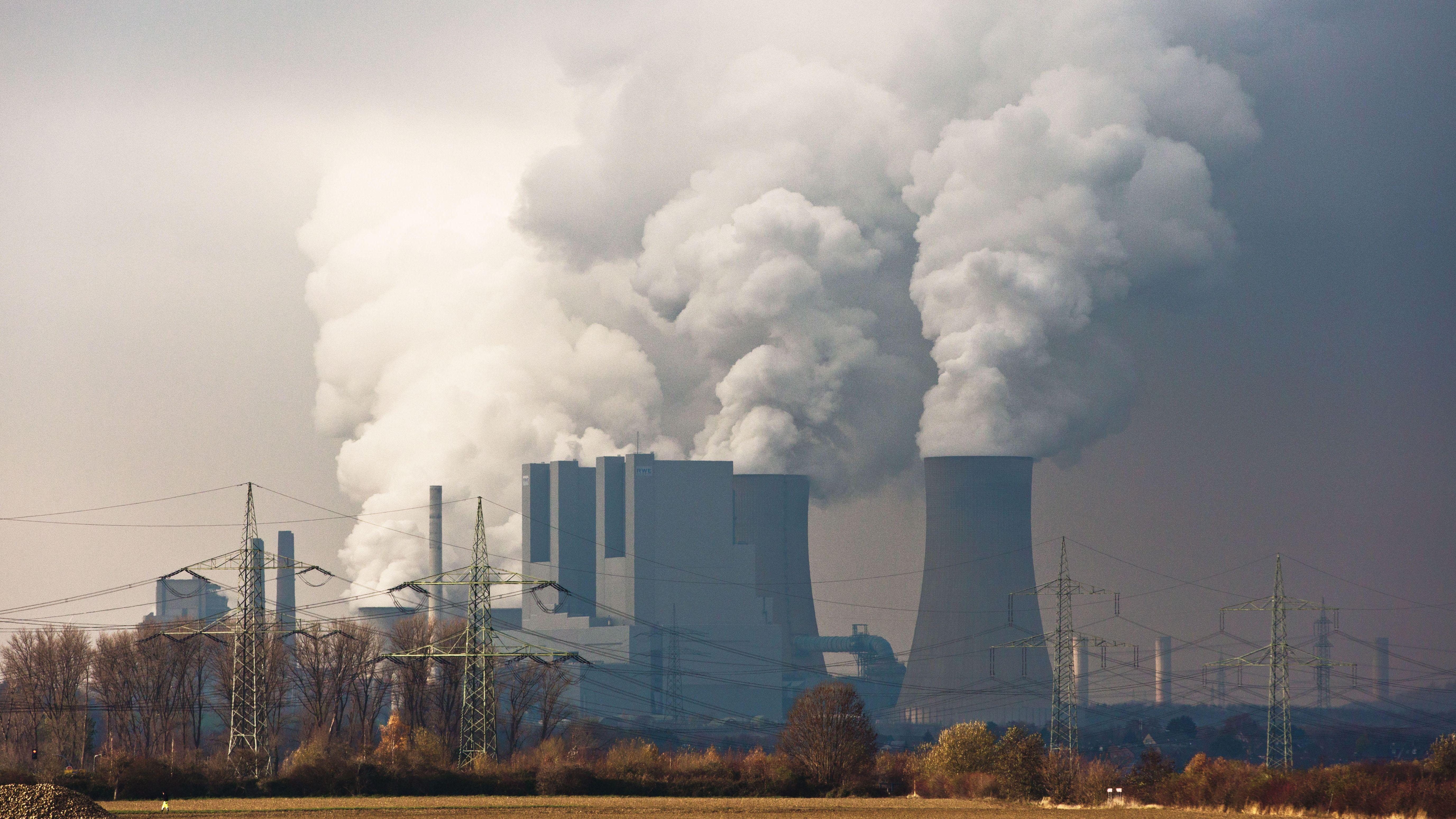 Das Braunkohlekraftwerk von RWE im nordrhein-westfälischen Neurath