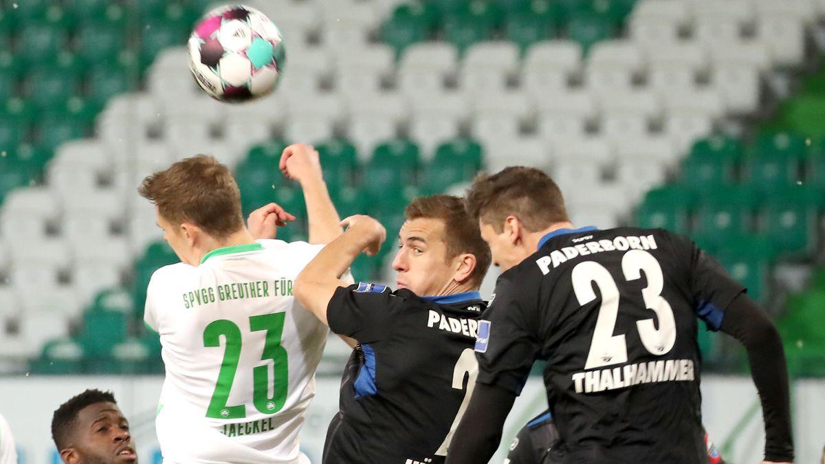 Greuther Fürth im Kopfballduell gegen den SC Paderborn