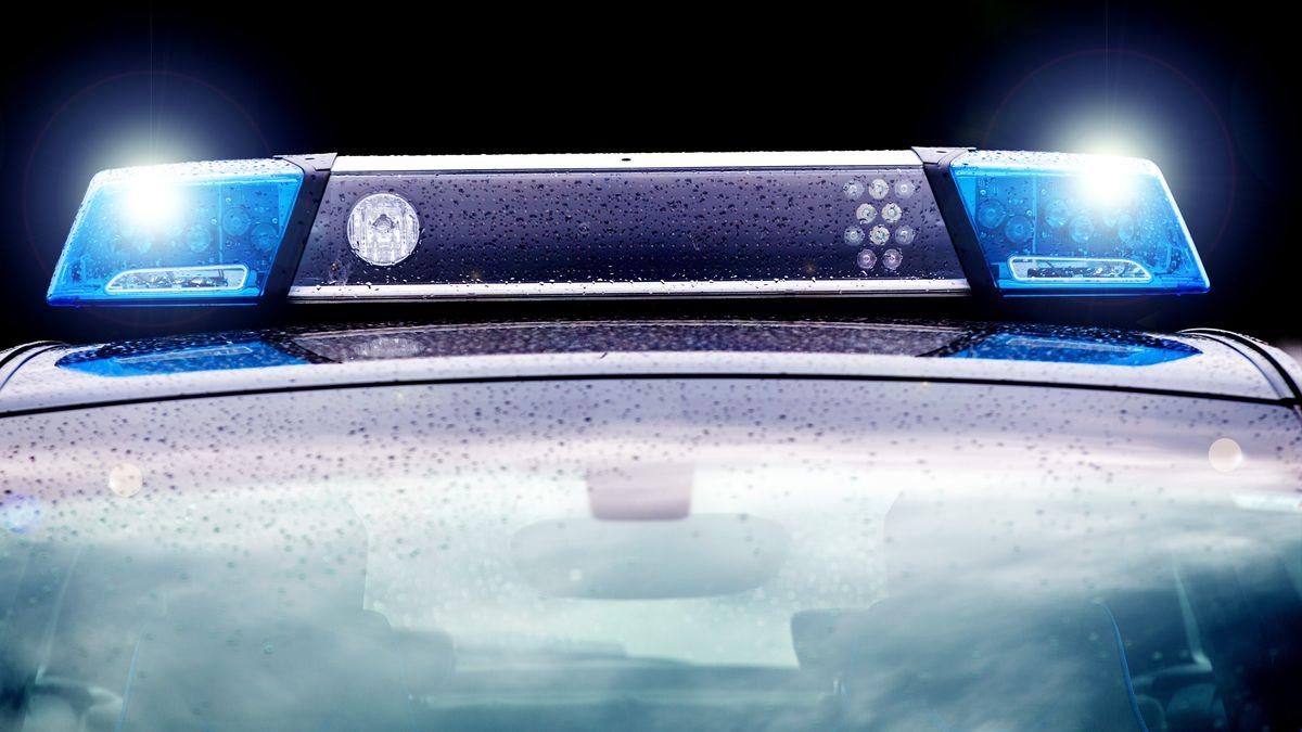 Ein Polizeiauto mit Blaulicht.