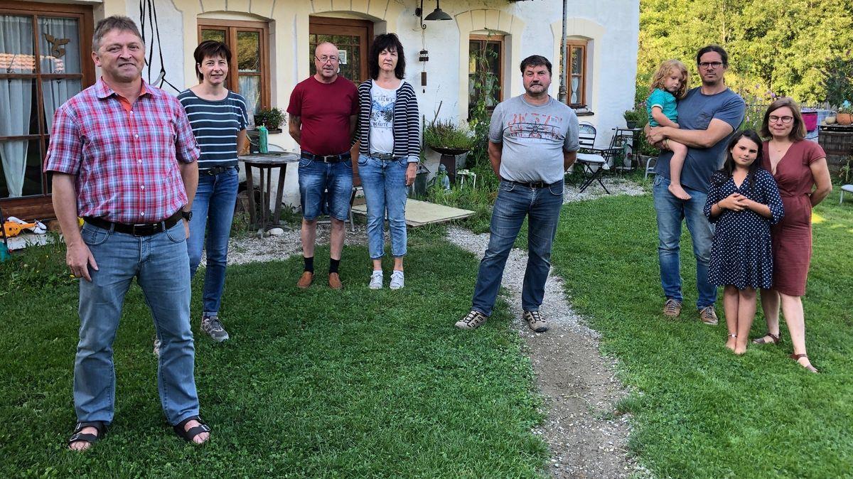 Betroffene Anwohnerinnen und Anwohner aus Reischach auf dem Hof der Familie Oberhauser.