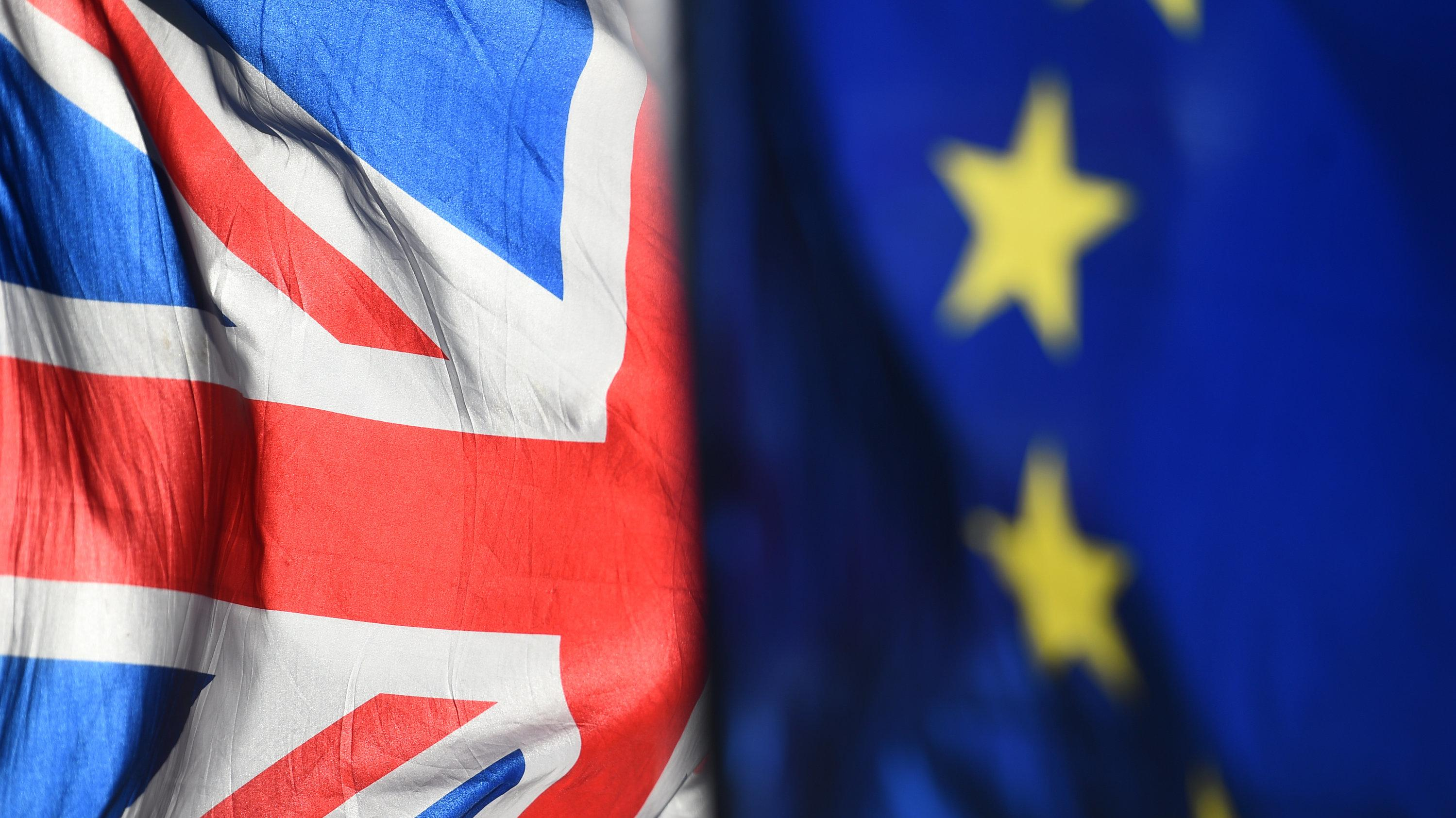 Großbritannien- und EU-Flagge