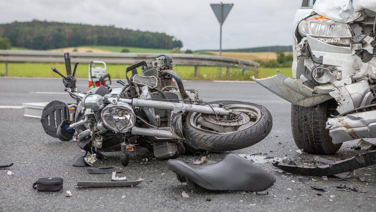 Demoliertes Motorrad auf der B470