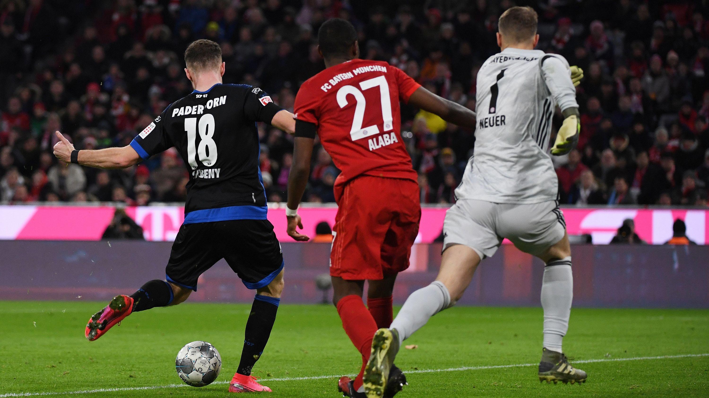 Dennis Srbeny überläuft Manuel Neuer und David Alaba