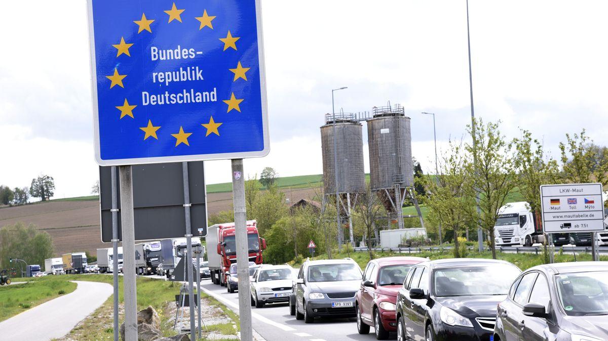 Stau an der tschechischen Grenze aufgrund der Grenzsperrungen im Rahmen der Corona-Maßnahmen in Furth im Wald am 30.04.2020.