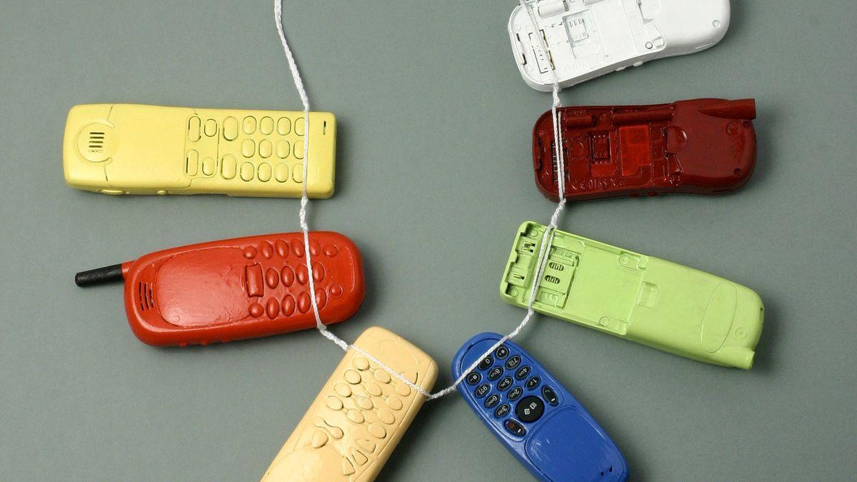 """Man sieht Handyhüllen, aufgefädelt an einer dünnen Plastikschnur. Die Künstlerin nennt ihre Schmuckkreation """"Halskette aus Mobiltelefonen""""."""