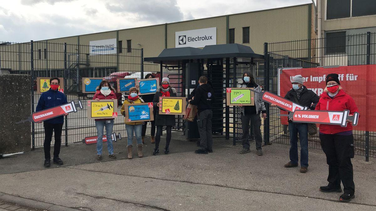 Streikende vor dem Electrolux-Werkstor in Rothenburg