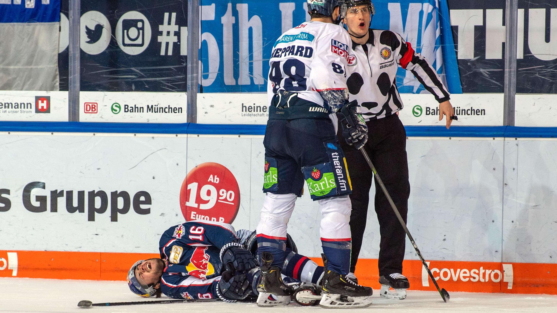 Konrad Abeltshauser liegt nach seiner Knieverletzung auf dem Eis.
