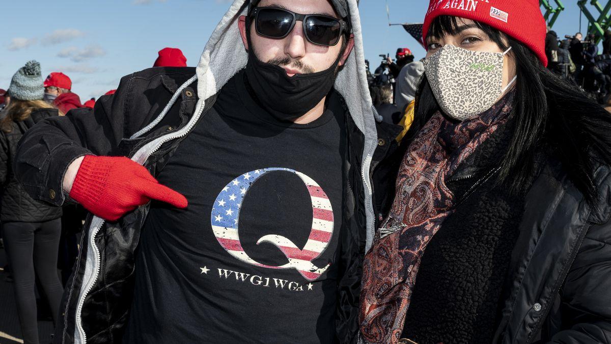 Trumpunterstützer versammeln sich Anfang November, einer von ihnen hat ein Q auf seinem T-Shirt gedruckt