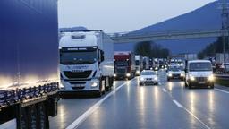 Blockabfertigung von Lkw auf der Inntalautobahn bei Kufstein   Bild:picture-alliance/dpa/Roland Mühlanger