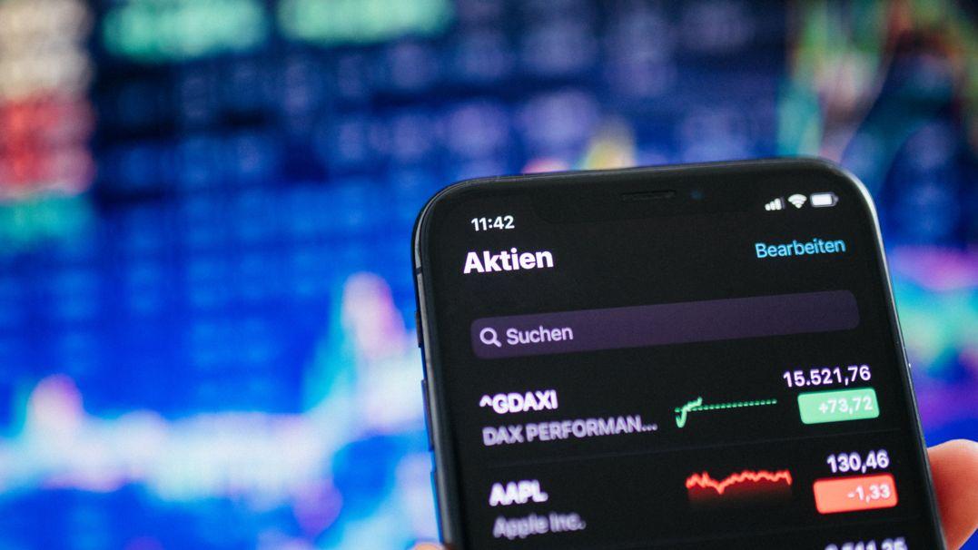 Smartphone mit Börsen-App