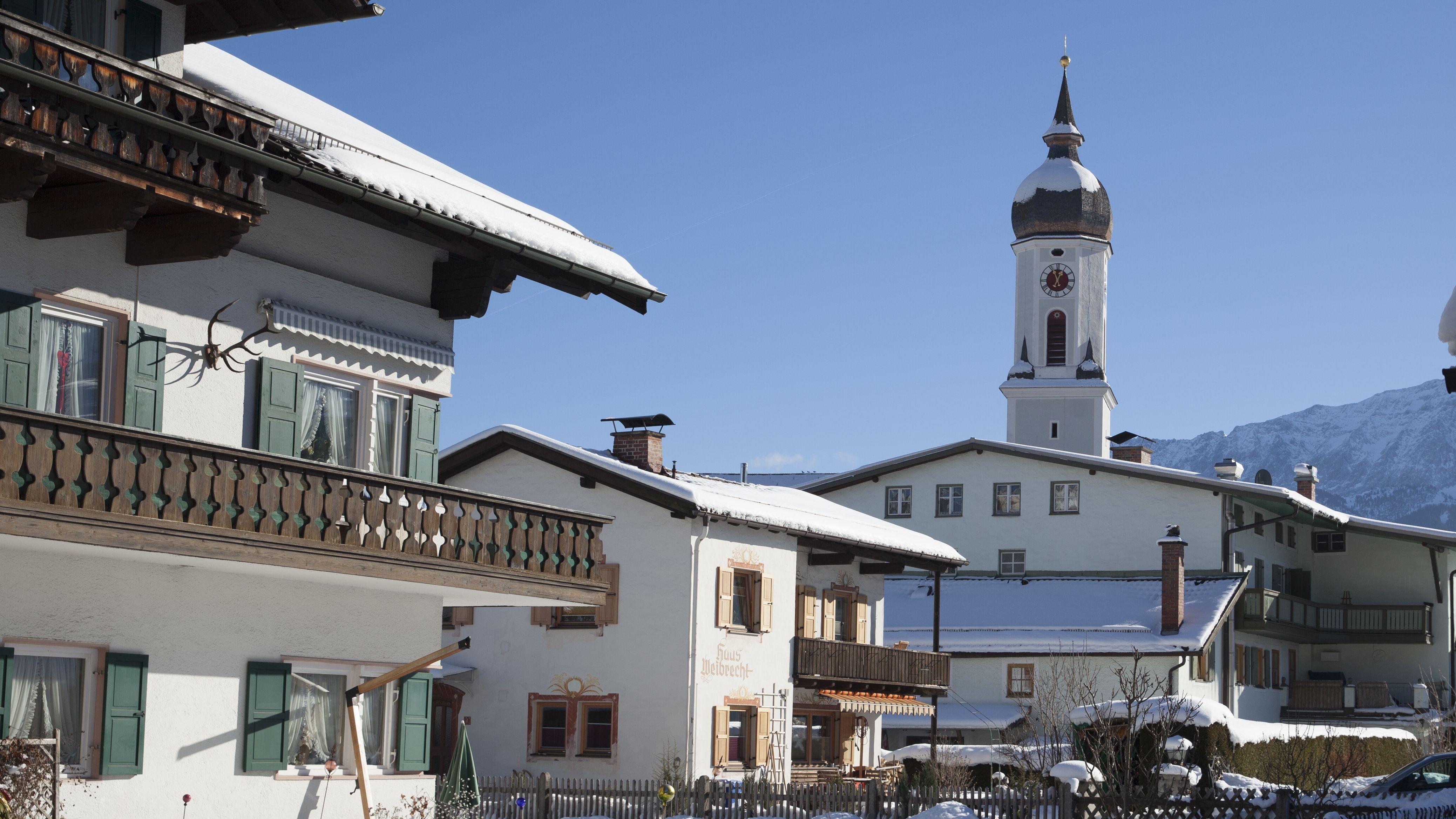 Die Garmischer Sonnenstraße mit der Kirche St. Martin im Winter