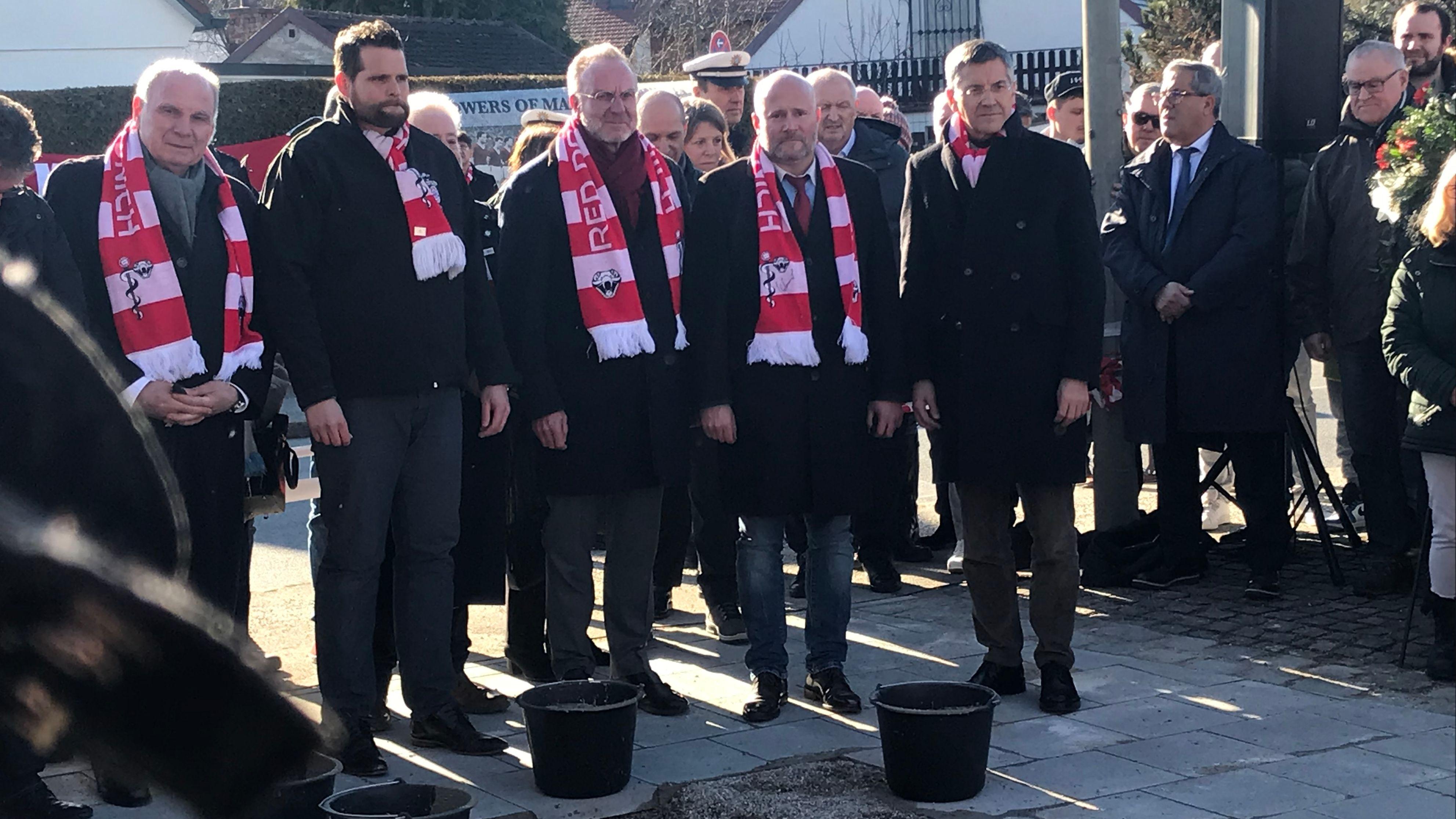 Grundsteinlegung der Gedenk-Vitrine mit dem Vorstand des FC Bayern