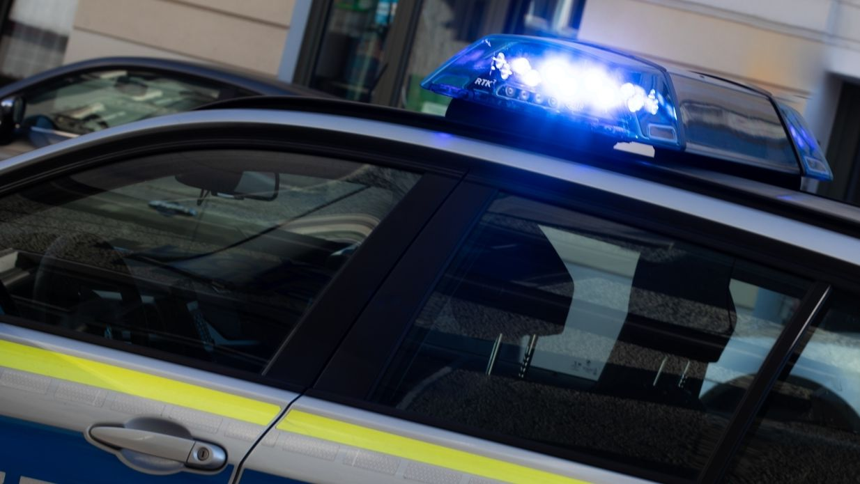 Blaulicht auf einem Polizeiauto (Symbolbild)