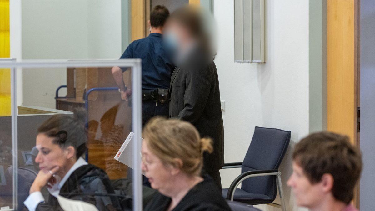 Der Angeklagte (M) geht in den Verhandlungssaal des Landgerichts.