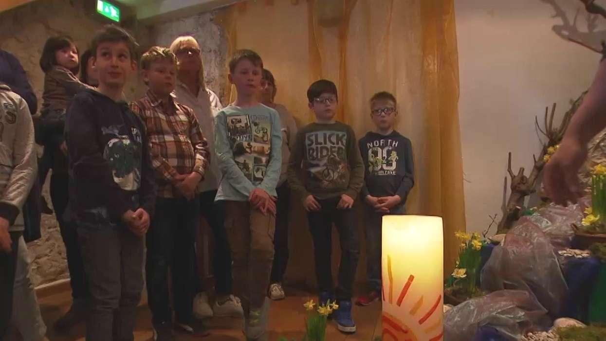 Kinder besuchen den Ostergarten in Haßfurt