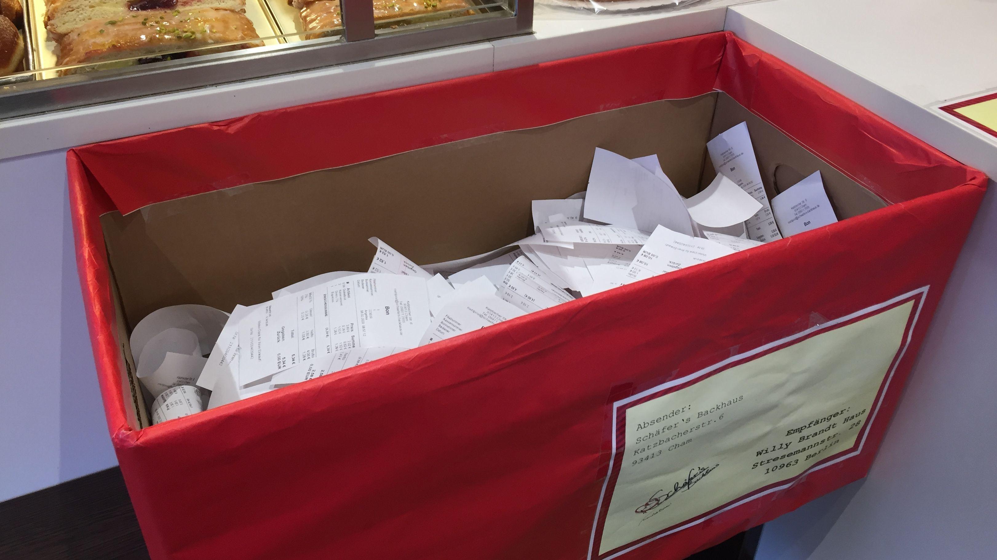 Täglich fallen mehrere Hundert Kassenbons an. Wenn sie nicht mitgenommen werden, landen sie in einer Schachtel.