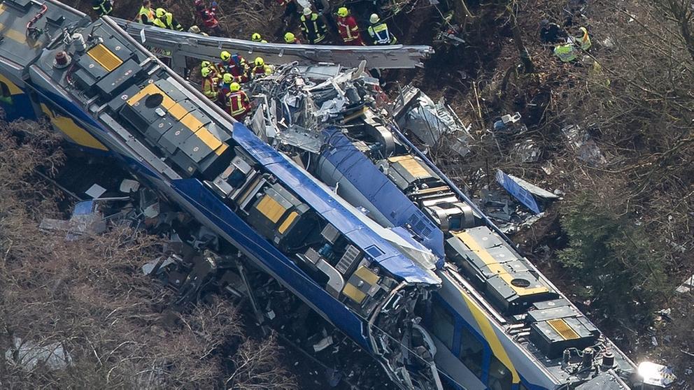 Rettungskräfte am 09.02.2016 an der Unfallstelle des Zugunglücks in der Nähe von Bad Aibling   Bild:dpa/Peter Kneffel